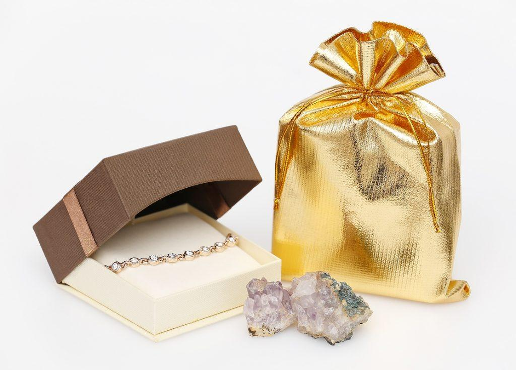 Storage of jewellery in metallic bags