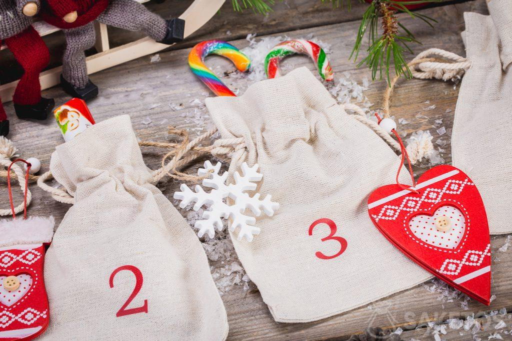 You can put sweets, Christmas decorations, company gadgets or product samples in linen bags making up the Advent calendar!