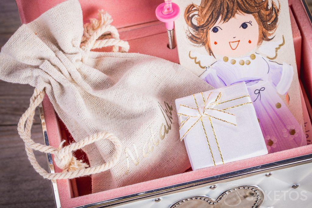 A gift box containing jewellery and wrapped in an organza bag looks extremely elegant.