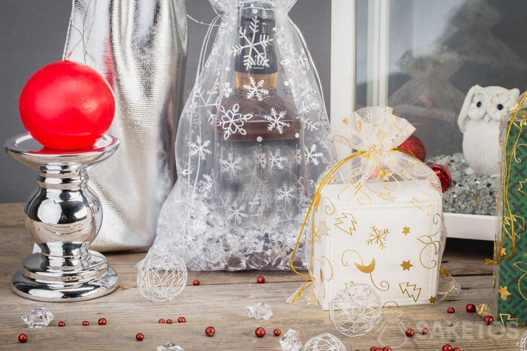 In organza bags, you can also package alcohol to make it look attractive.