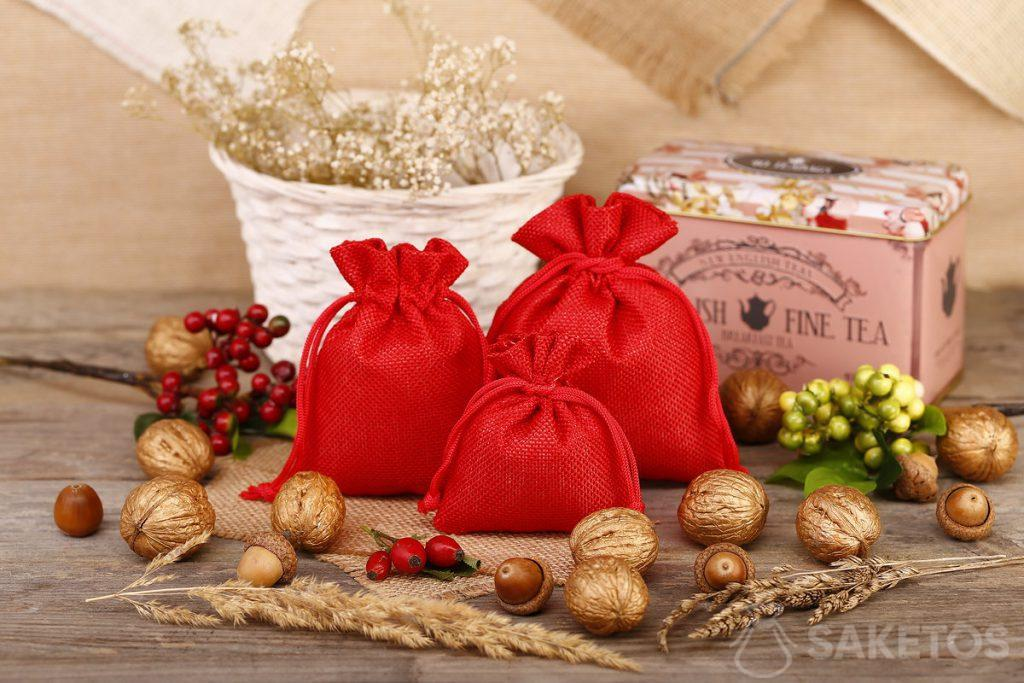 Red jute bags are great as packaging for tea or coffee.