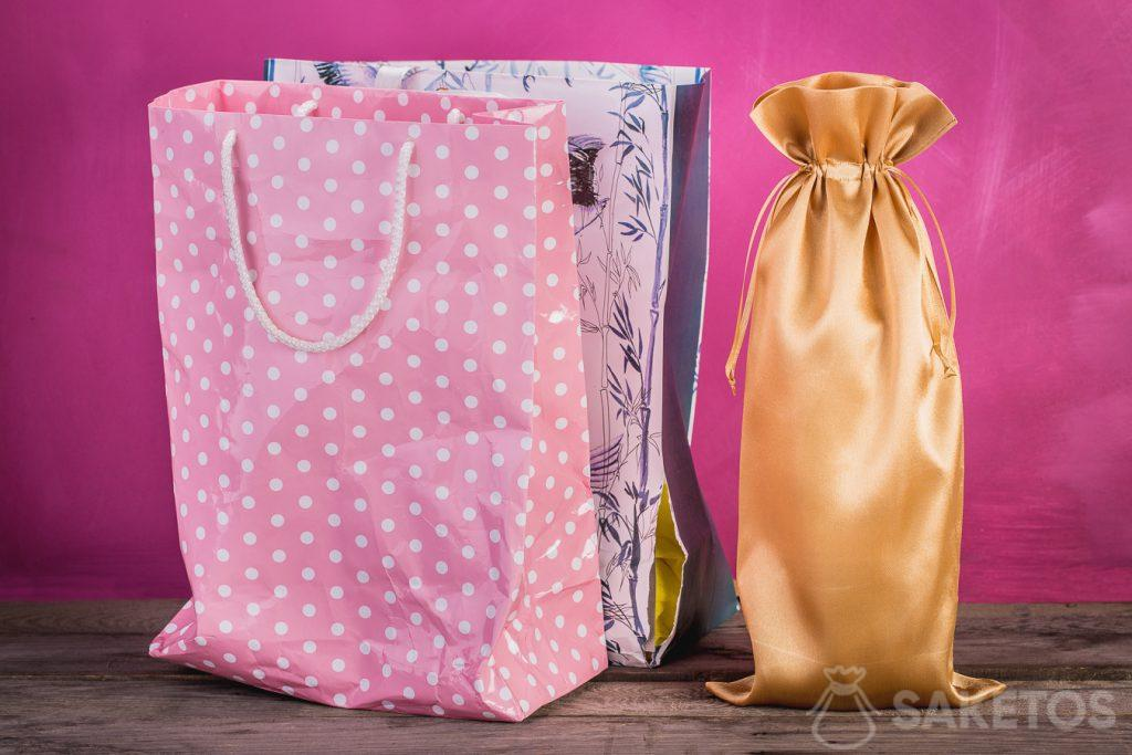 Comparison of a gift bag and a material bag