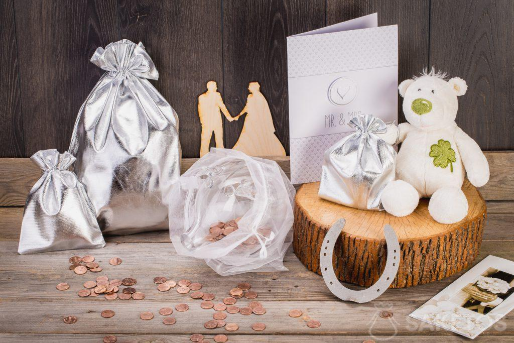 When the wedding present is supposed to be money, you can wrap it in a glass piggy bank placed in an organza bag.