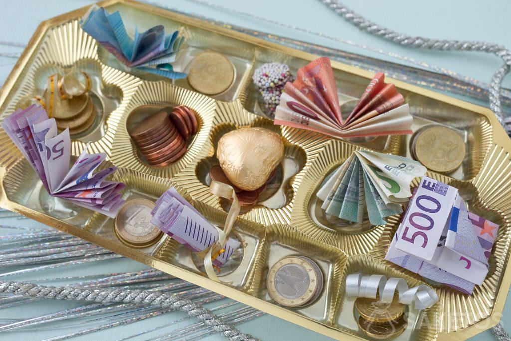 Banknotes and a billion can be placed in a chocolate box between pralines