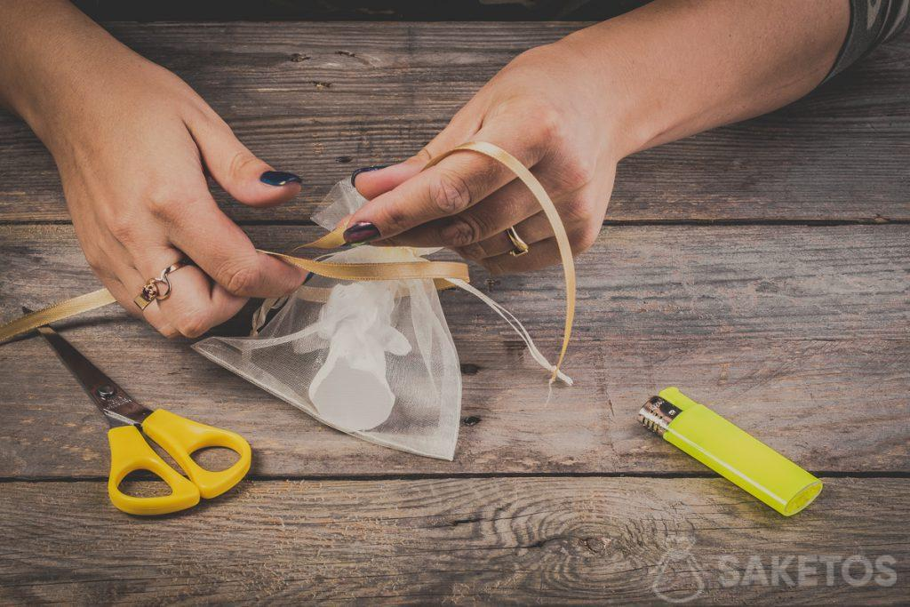 How to tie a bow using a ribbon - step 3