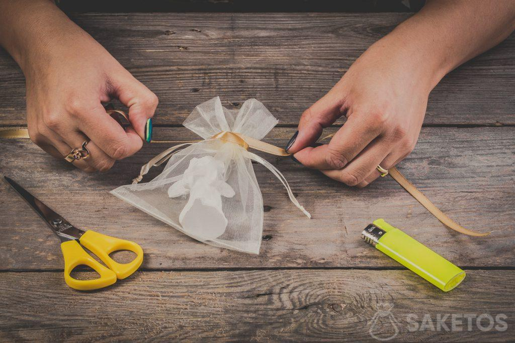 Tying a bow using a ribbon - step 5