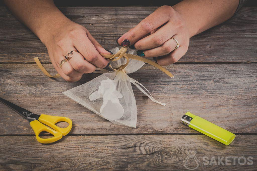 Translating loops when tying a bow using a ribbon - step 8