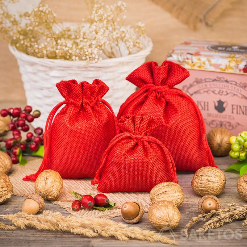 Red jute bags as a decorative element in the kitchen
