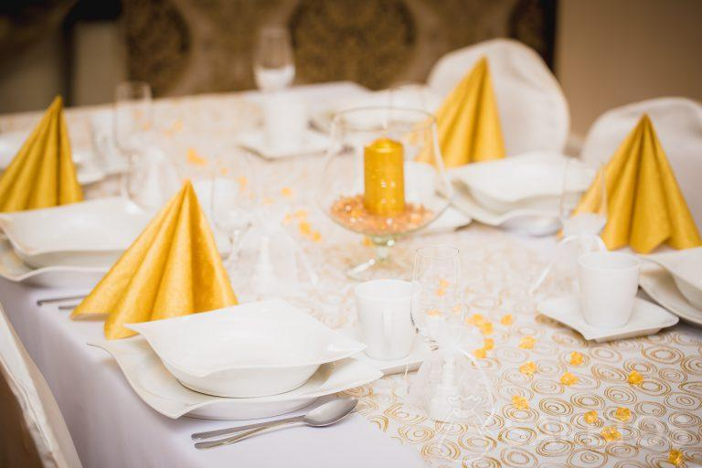 Decorative table setting in shades of white and gold